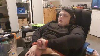 Danish man jerks off watching porn – Dansk